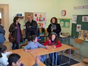 "En Imagen (izq. a der.): Irene Cabrera Roda (AECID Líbano), Père Antoine Dib (promotor de ""Foyer de la Providence"") y, Rita Assaf (profesora de ""Foyer de la Providence"")."