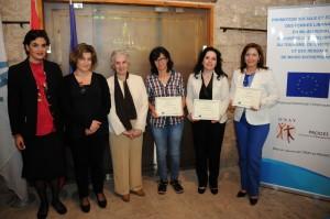 المتخرجات مع ممثاين جمعية التنمية والتطوير الإجتماعي الاتحاد الاوروبي وأوناي