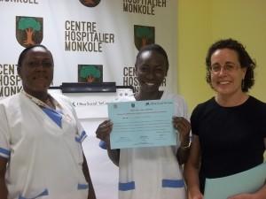 La enfermera Miriam del Barrio con dos participantes del programa en Monkole